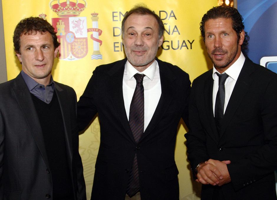 Temporada 12/13. Gira sudamericana. Visita a la embajada de España en Uruguay. Simeone posando con el embajador