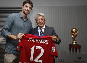 Enrique Cerezo regaló una camiseta a Joe Harris, jugador de la NBA