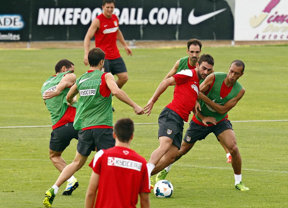 Adrián intenta regatear a Miranda rodeado de jugadores en un momento del entrenamiento en la Ciudad Deportiva