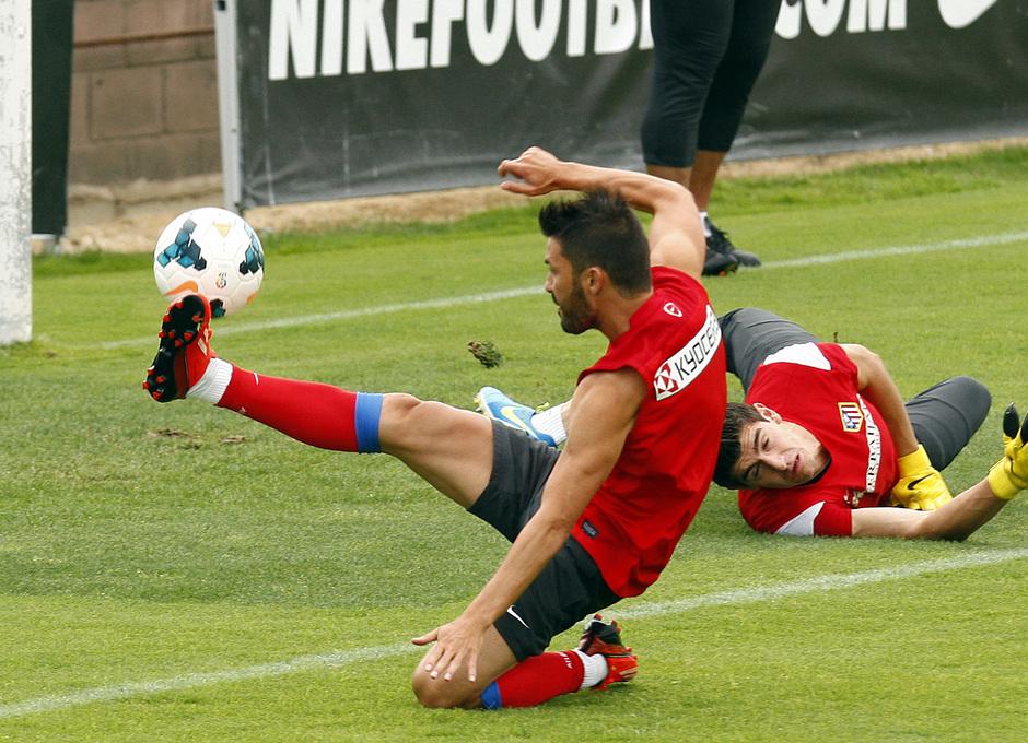 Villa remata a puerta en un  momento del entrenamiento matinal del miércoles 7 de agosto en la Ciudad Deportiva