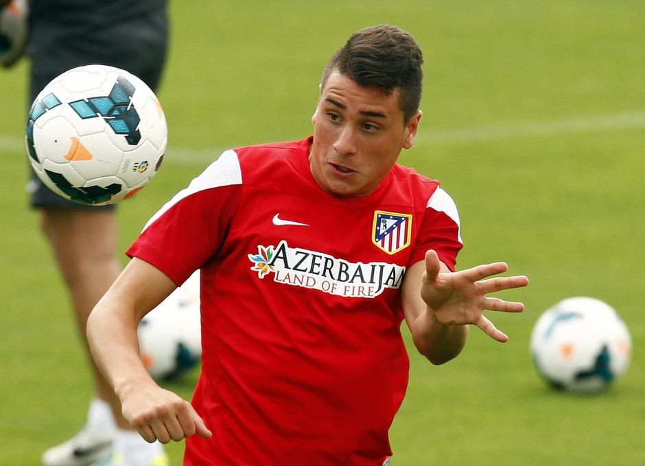 Giménez cabecea el balón en el entrenamiento matinal del miércoles 7 de agosto en la Ciudad Deportiva
