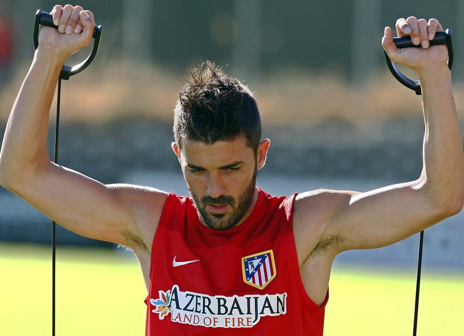 David Villa realiza ejercicios físicos en la Ciudad Deportiva en una de las estaciones de trabajo