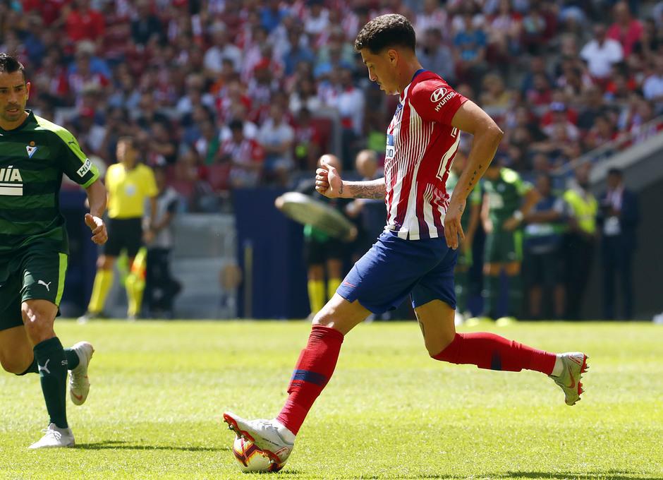 Temporada 2018/2019. Atlético de Madrid vs SD Eibar. Giménez dando un pase.
