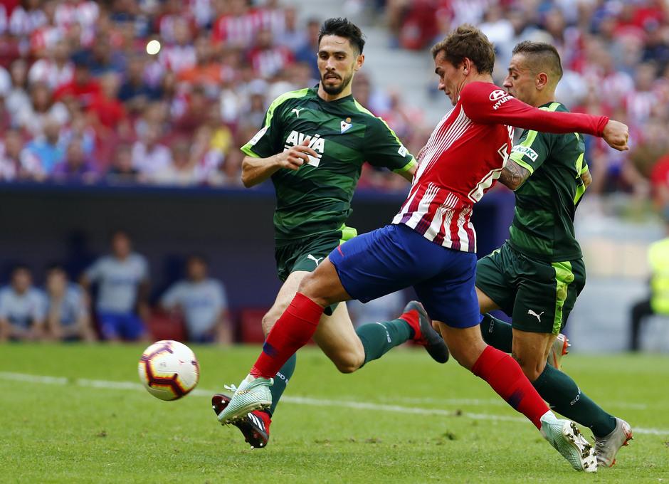 Temporada 2018/2019. Atlético de Madrid vs SD Eibar. Griezmann disparo.
