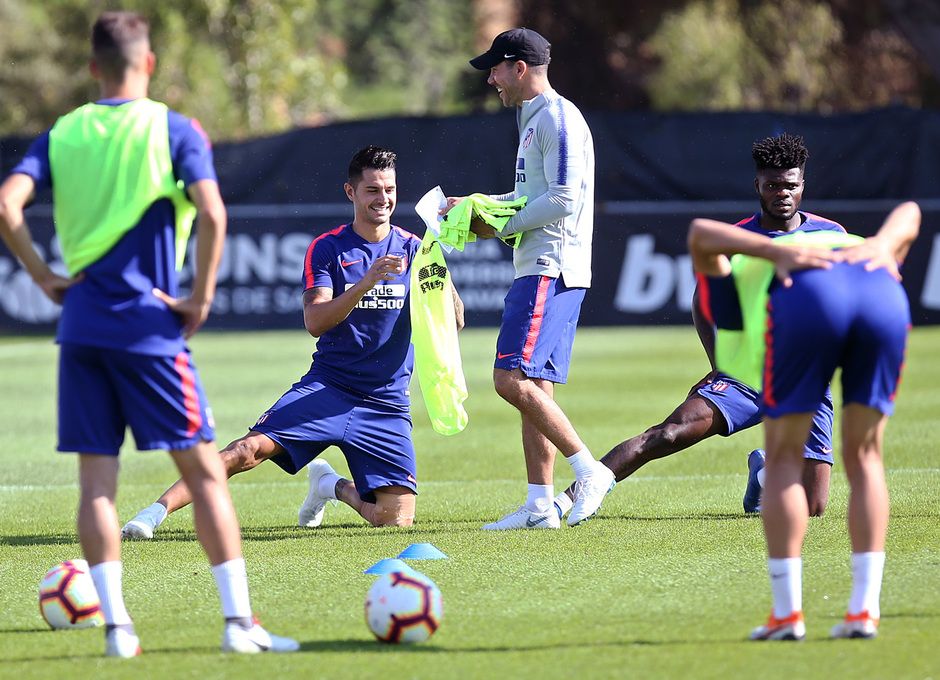 temporada 18/19. Entrenamiento en la ciudad deportiva Wanda. Vitolo y Simeone durante el entrenamiento