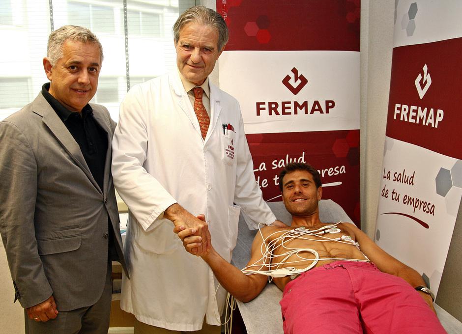 Daniel Aranzubia posa en el reconocimiento médico realizado en la clínica FREMAP de Majadahonda junto a los doctores Villalón y Abad
