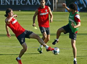Filipe pugna con Tiago por un balón bajo la atenta mirada de Mario Suárez