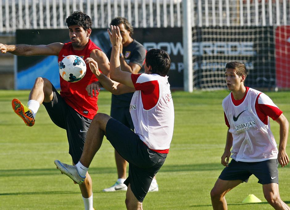 Diego Costa pelea por un balón con Cabrera
