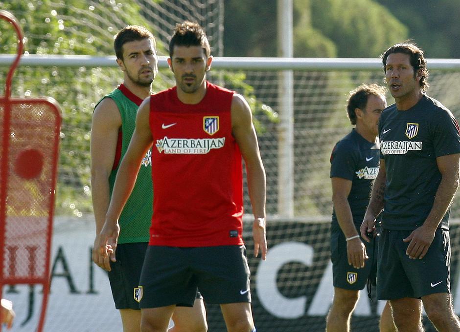 Temporada 13/14. Villa y Gabi reciben órdenes de Simeone en un entrenamiento en Majadahonda