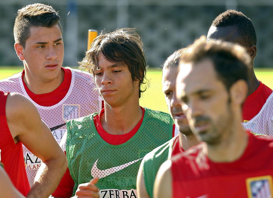 Temporada 13/14. Óliver realiza carrera continua rodeado de Giménez, Demichelis y Juanfran