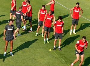 Simeone observa el ejercicio físico de sus jugadores en el entrenamiento previo al viaje a Sevilla