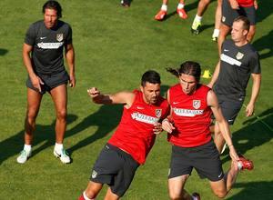 Villa y Filipe Luis realizan un ejercicio de fuerza en el entrenamiento previo al partido contra el Sevilla