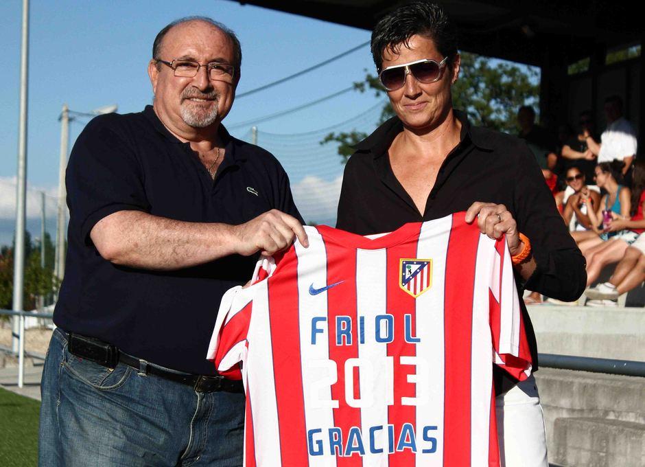 Temporada 2013-2014. Lola Romero posa con el alcalde de Friol