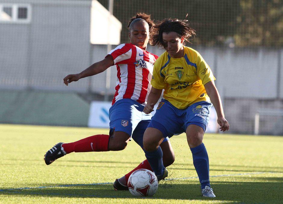 Temporada 2013-2014. Jade peleando un balón durante el partido amistoso