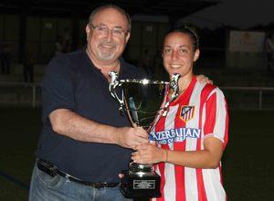 Temporada 2013-2014. Serrano recogiendo el trofeo de campeonas