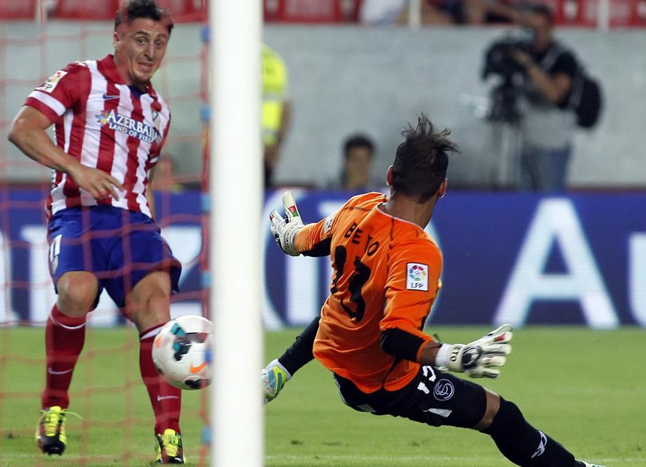 Temporada 13/14 Sevilla-Atlético de Madrid Cristian Rodríguez marcando el tercer gol al Sevilla