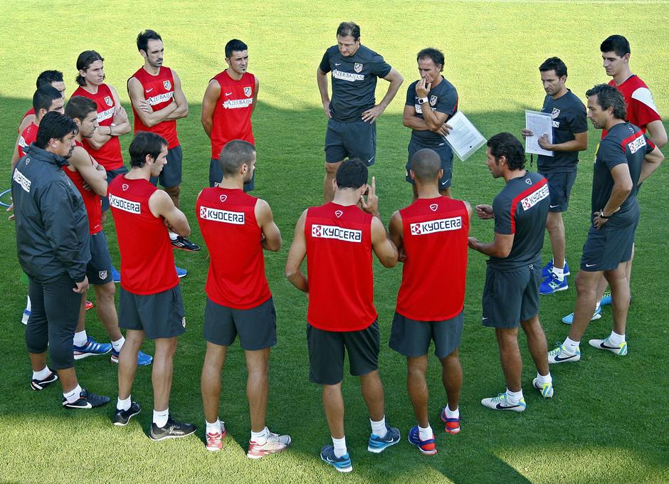 Temporada 13/14. Entrenamiento. Equipo entrenando en Majadahonda. Simeone dando instrucciones al grupo