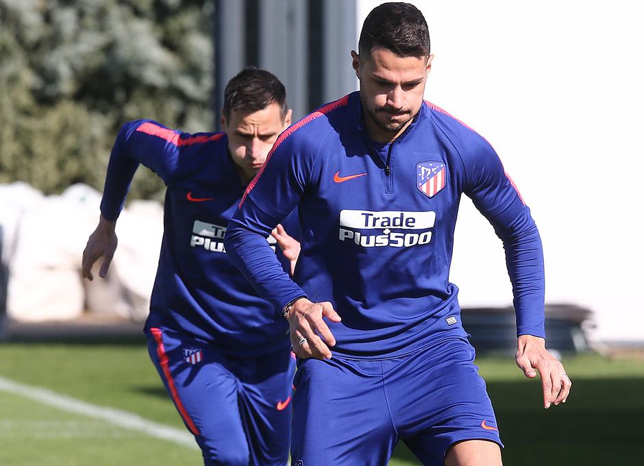 temporada 18/19. Entrenamiento en la ciudad deportiva Wanda. Vitolo y Kalinic durante el entrenamiento