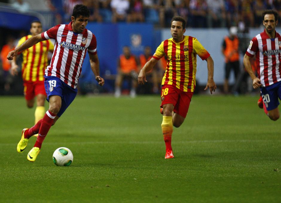 Supercopa 13/14: Diego Costa conduce el balón ante el Barcelona