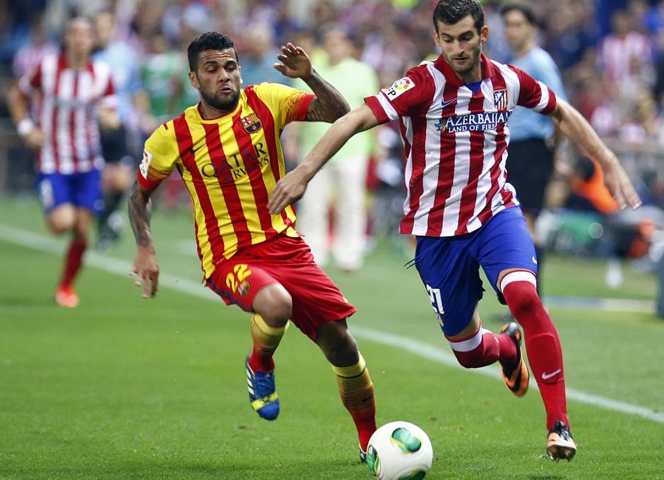 Temporada 13/14. Partido Supercopa. Vicente Calderón. Baptistao luchando el balón con Alves