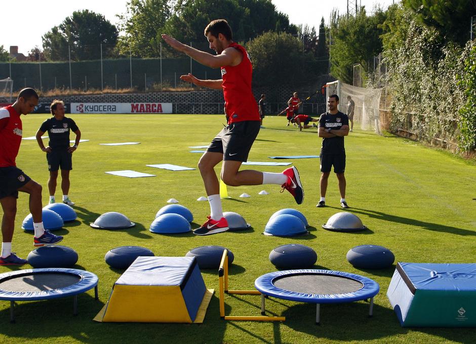 Leo Baptistao y Miranda realizan ejercicios físicos de una de las estaciones de trabajo en el campo 4 de la Ciudad Deportiva