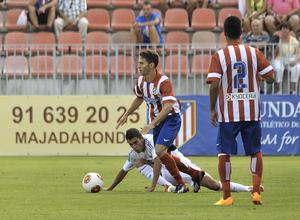 Iván Calero regatea a un jugador del Real Madrid C en el estreno liguero en la Ciudad Deportiva