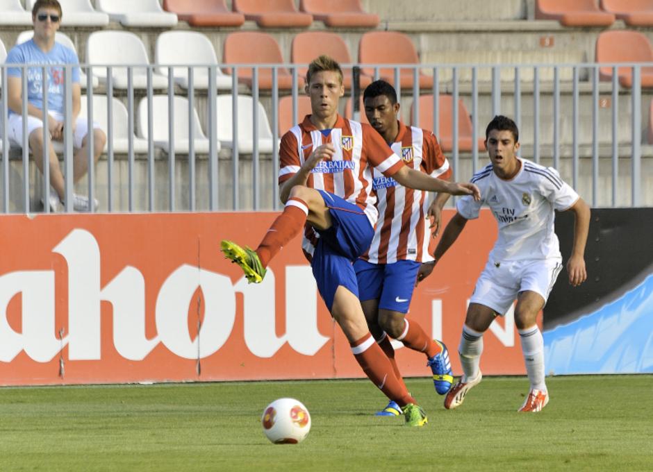 Tiri despeja el esférico en un momento del partido contra el Real Madrid C en la Ciudad Deportiva de Majadahonda