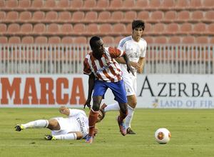 Nana, del Atlético B, se marcha con el balón controlado tras regatear a un jugador del Real Madrid C