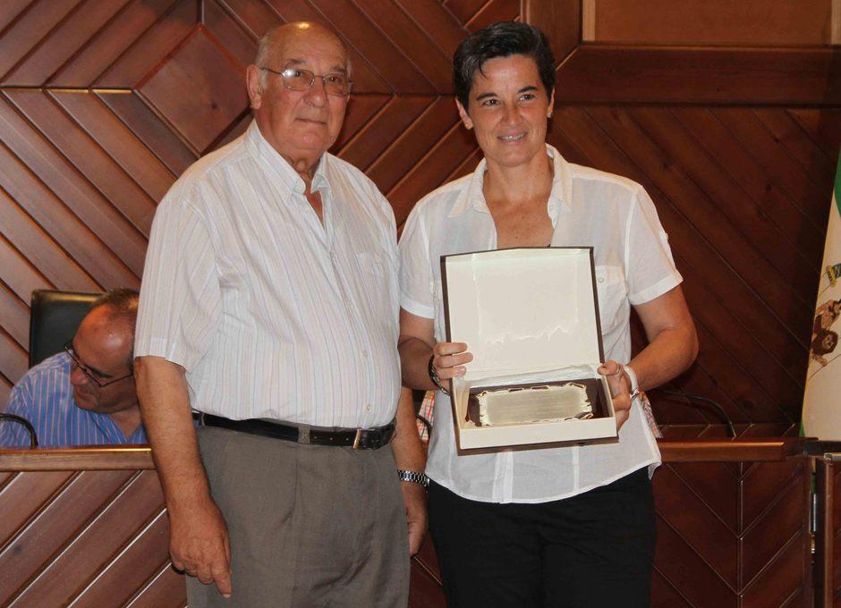 Temporada 2013-2014. Lola Romero junto al socio más veterano de la peña atlética de Pozoblanco