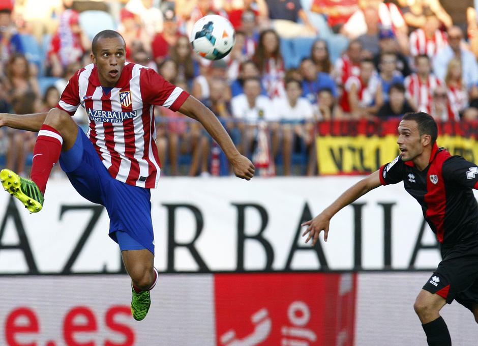 Temporada 13/14. Partido Atlético de Madrid- Rayo Vallecano. Miranda luchando un balón