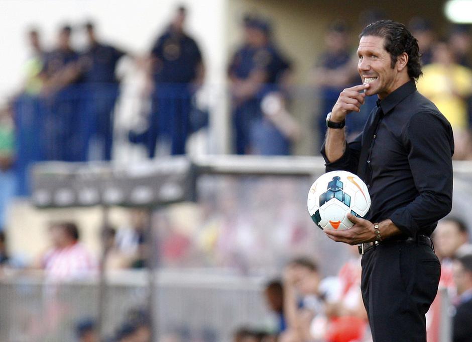 Temporada 13/14. Partido Atlético de Madrid- Rayo Vallecano. Simeone con el balón en la banda