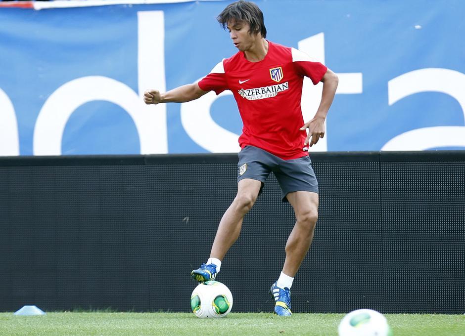 Temporada 13/14. Entrenamiento.Óliver controlando el balón durante el entrenamiento en el Vicente Calderón