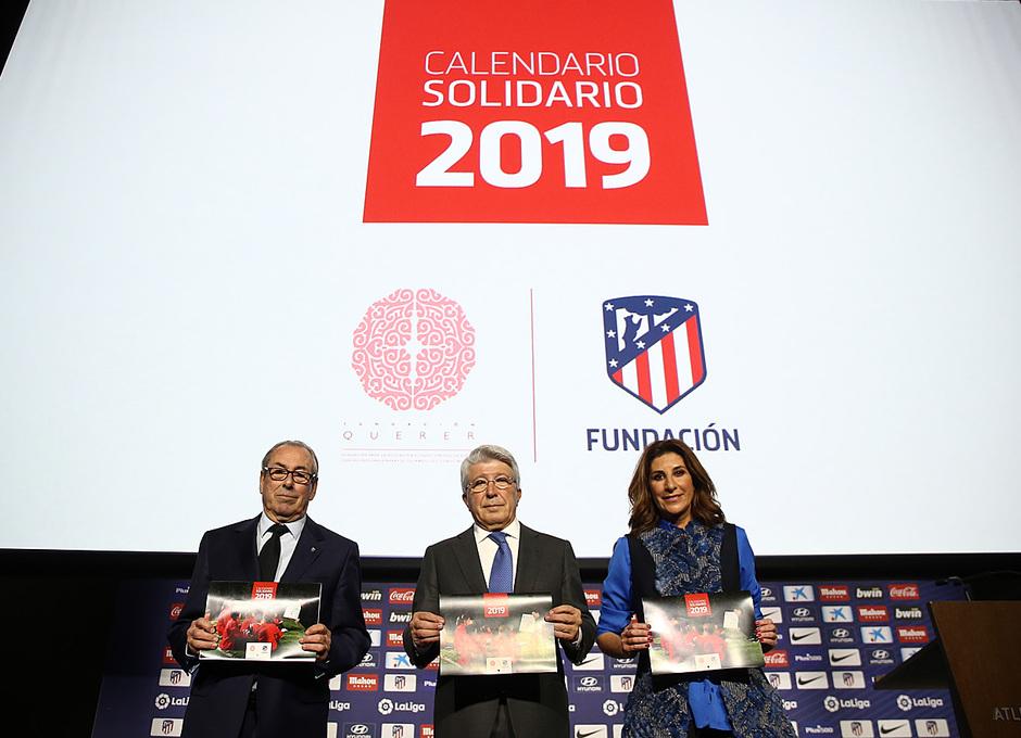temporada 18/19. Acto presentación calendario solidario 2018. Cerezo Adelardo y Pilar García posando con el calendario