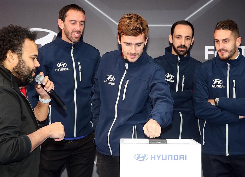 Temp. 18-19   Entrega de coche Hyundai a los jugadores en el Wanda Metropolitano   Griezmann
