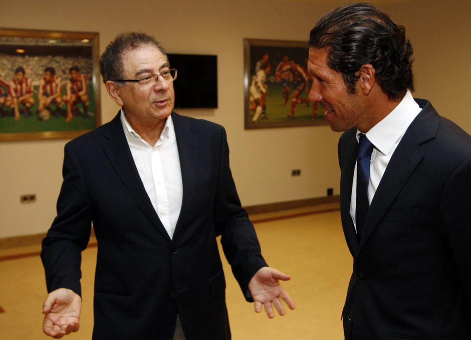 Temporada 13/14. Firma del nuevo contrato de Roberto Verino. Simeone hablando con Roberto Verino