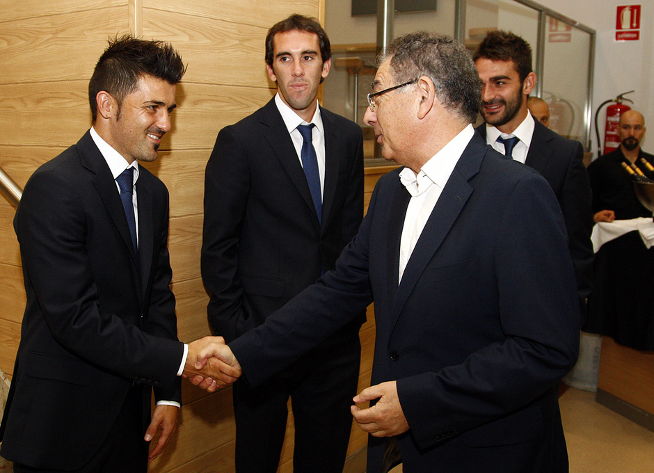 Temporada 13/14. Firma del nuevo contrato de Roberto Verino. Villa saludando a  Roberto Verino