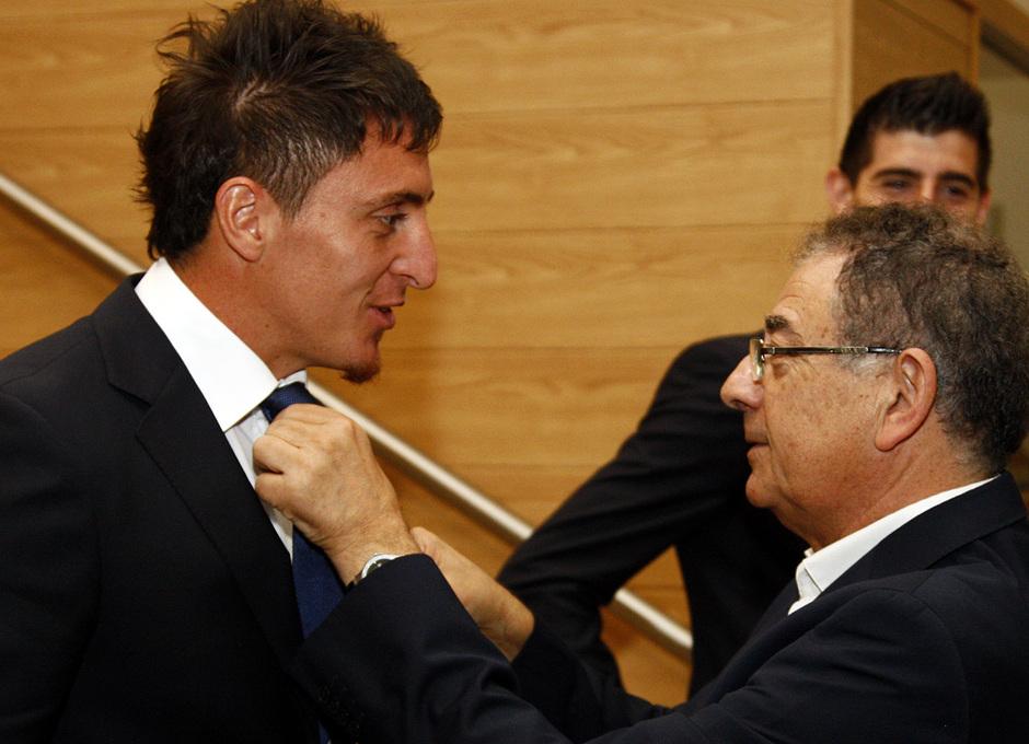 Temporada 13/14. Firma del nuevo contrato de Roberto Verino. Cristian Rodríguez saludando a  Roberto Verino