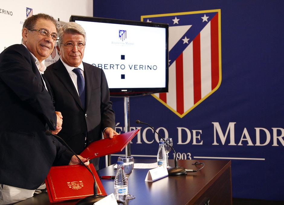 Temporada 13/14. Firma del nuevo contrato de Roberto Verino. Cerezo dándole la mano a Roberto Verino