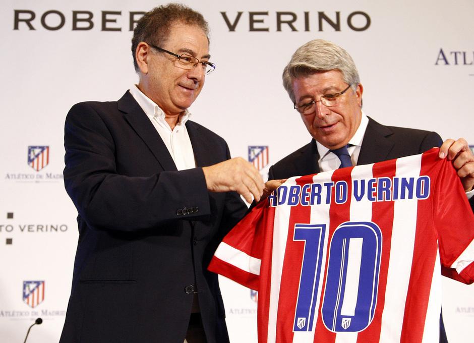 Temporada 13/14. Firma del nuevo contrato de Roberto Verino. Cerezo y  Roberto Verino durante el acto con la camiseta