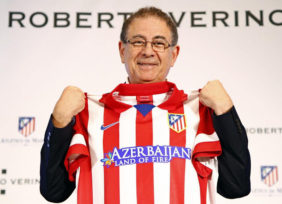 Temporada 13/14. Firma del nuevo contrato de Roberto Verino. Roberto Verino durante el acto con la camiseta del atlético