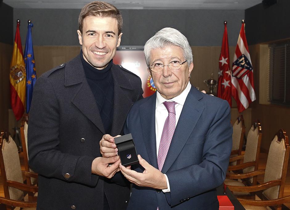 Temp. 18-19 | Atlético de Madrid - Espanyol | Homenaje Gabi | Enrique Cerezo entrega a Gabi la insignia de oro y brillantes