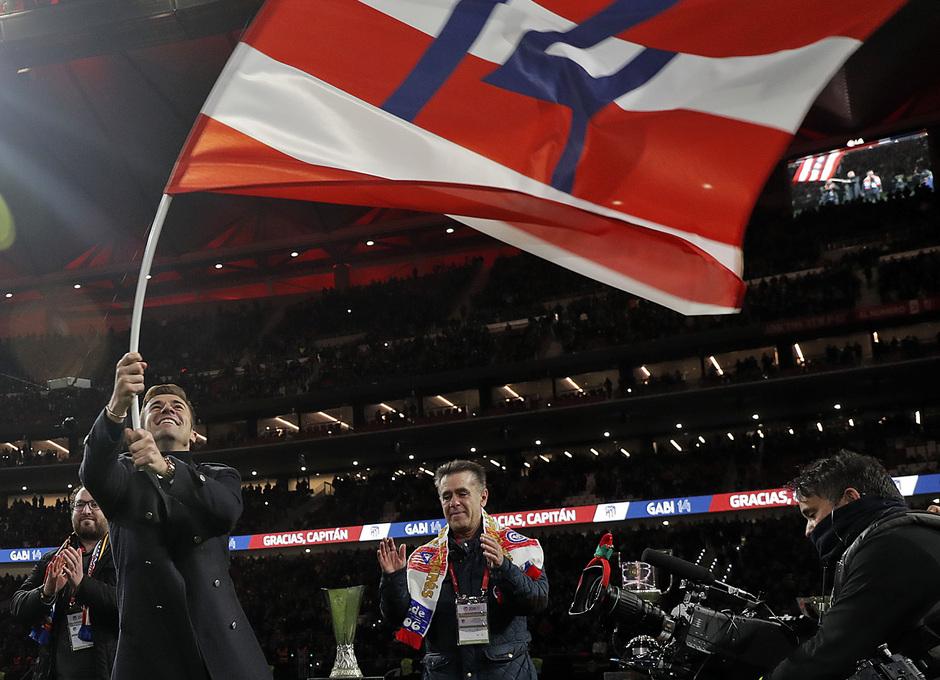 Gabi ondea la bandera con su número, el 14, que le entregaron dos representantes de sus peñas
