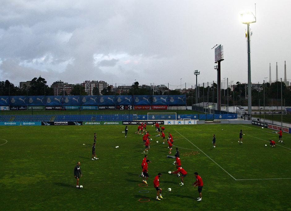 Los jugadores rojiblancos se entrenan en la Ciudad Deportiva Dani Jarque, del Espanyol, antes de la disputa de la vuelta de la Supercopa de España