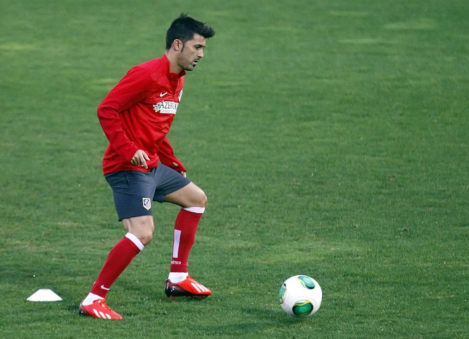 David Villa se entrena con balón en la Ciudad Deportiva Dani Jarque, del Espanyol, antes de la vuelta de la Supercopa de España