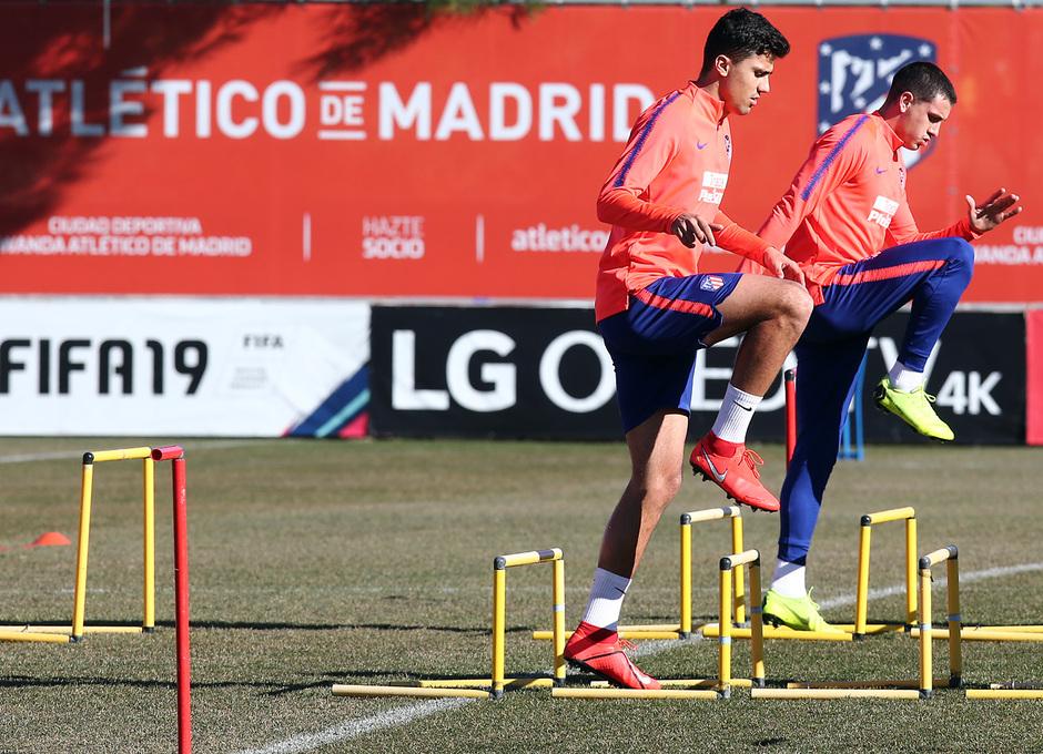 temporada 18/19. Entrenamiento en la ciudad deportiva Wanda. Rodrigo y Giménez durante el entrenamiento