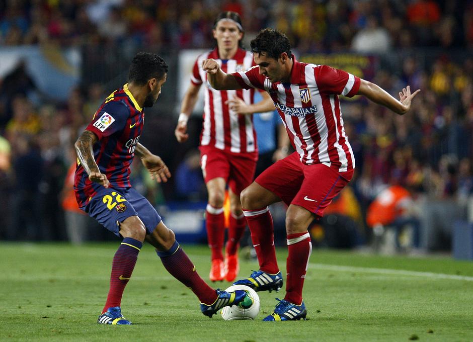 Temporada 2013/2014 FC Barcelona - Atlético de Madrid Koke disputando el balón frente a Alves