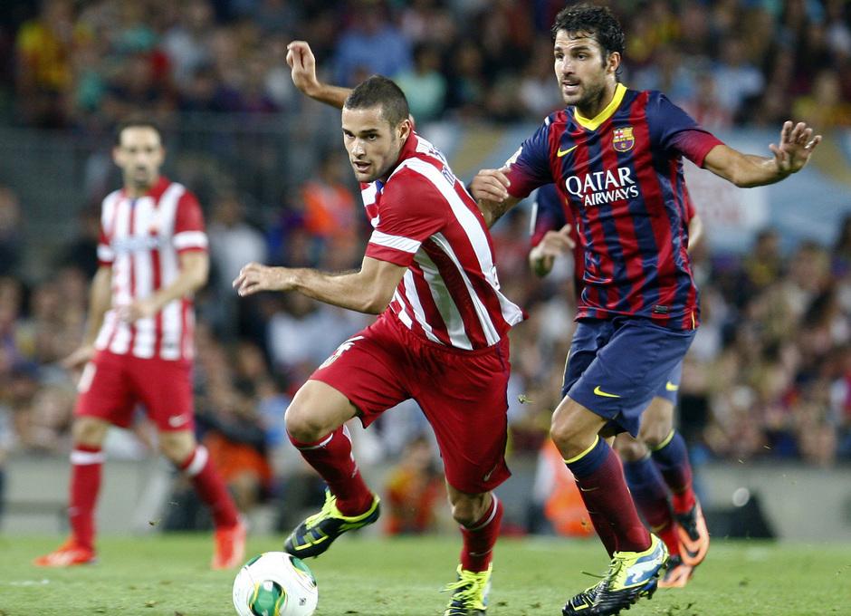 Temporada 2013/2014 FC Barcelona - Atlético de Madrid Mario Suárez escapándose con la pelota