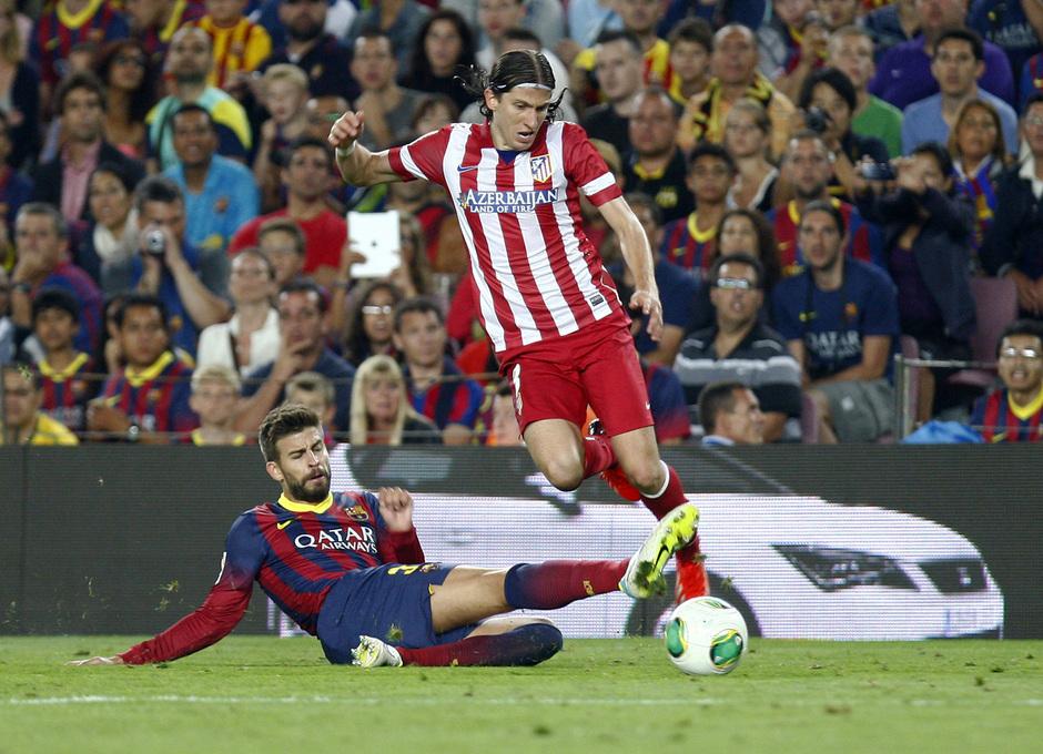 Temporada 2013/2014 FC Barcelona - Atlético de Madrid Filipe Luis luchando con Piqué el esférico