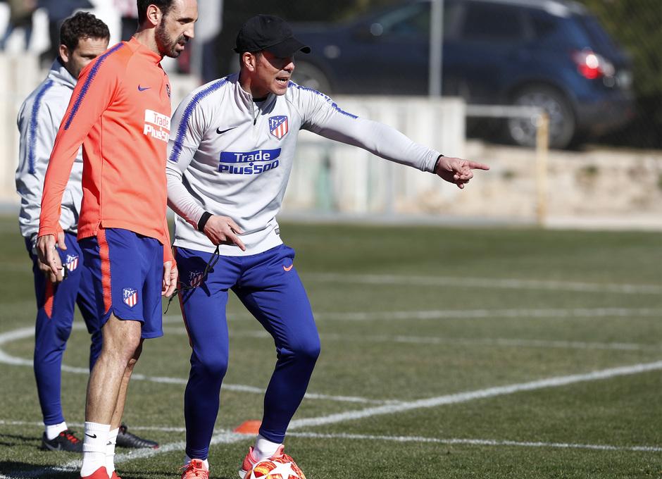 Temporada 18/19. Entrenamiento en la ciudad deportiva Wanda Atlético de Madrid. 17_02_2019. Juanfran y Simeone.
