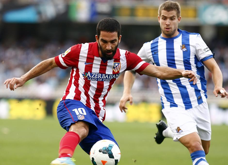 Temporada 2013/2014 Real Sociedad - Atlético de Madrid Arda Turan controlando la pelota
